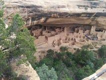 Den avlägsna turist- gruppen på forntida fördärvar på Mesa Verde National Park Royaltyfri Bild