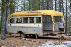 Den avrivna övergav bussen på jägare campar på kronaland Royaltyfri Foto