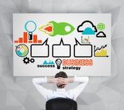 Den avslappnande chefen tänker hur man antyder lyckad affärsstrategi Arkivfoton