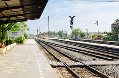 Den Ayutthaya järnvägsstationen, bilden visar järnvägspåren med tomhet i en morgon royaltyfri bild