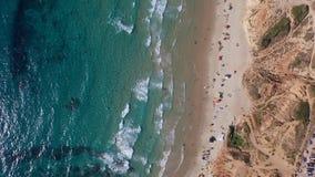 Den azura genomskinliga medelhavet, solbadar på stranden, lopp över hela världen lager videofilmer