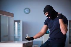 Den bärande balaclavaen för rånare som stjäler värdefull saker Royaltyfria Foton