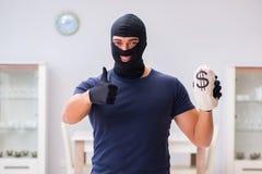 Den bärande balaclavaen för rånare som stjäler värdefull saker Royaltyfri Foto