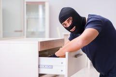 Den bärande balaclavaen för rånare som stjäler värdefull saker Arkivbild