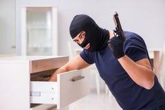 Den bärande balaclavaen för rånare som stjäler värdefull saker Royaltyfria Bilder