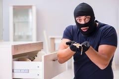 Den bärande balaclavaen för rånare som stjäler värdefull saker Arkivbilder