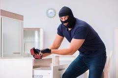 Den bärande balaclavaen för rånare som stjäler värdefull saker Royaltyfri Bild