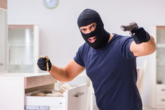 Den bärande balaclavaen för rånare som stjäler värdefull saker Arkivfoton