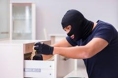 Den bärande balaclavaen för rånare som stjäler värdefull saker Fotografering för Bildbyråer