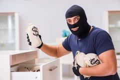 Den bärande balaclavaen för rånare som stjäler värdefull saker Royaltyfri Fotografi