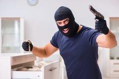 Den bärande balaclavaen för rånare som stjäler värdefull saker Arkivfoto
