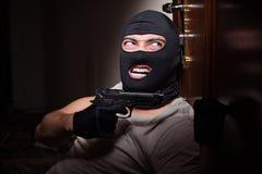 Den bärande balaclavamaskeringen för inbrottstjuv på brottsplatsen royaltyfria bilder
