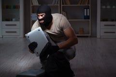 Den bärande balaclavamaskeringen för inbrottstjuv på brottsplatsen fotografering för bildbyråer