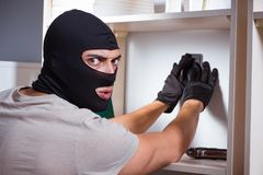 Den bärande balaclavamaskeringen för inbrottstjuv på brottsplatsen royaltyfri foto