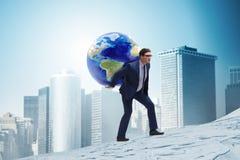 Den bärande jorden för affärsman på hans skuldror royaltyfri foto