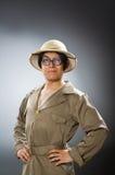 Den bärande safarihatten för man i roligt begrepp Arkivfoton