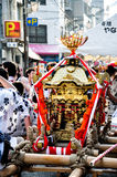 Den bärbara guld- relikskrin tillbad i Tenjin Matsuri, det störst Royaltyfria Foton