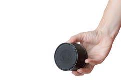 Den bärbara mobila högtalaren håller manassistenten Arkivbild
