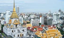 Den bästa ögonfågeln av templet med byggnad omgav den guld- och vita pagoden med bakgrund för blå himmel Arkivbild