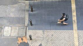 Den bästa flyg- sikten av folk går på stadsgångarewalkwaen Royaltyfria Bilder
