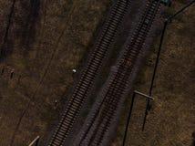 Den bästa flyg- sikten av några railraodspår - texturera det isolerade skottet av järnvägen royaltyfri foto