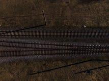 Den bästa flyg- sikten av några railraodspår - texturera det isolerade skottet av järnvägen royaltyfri bild