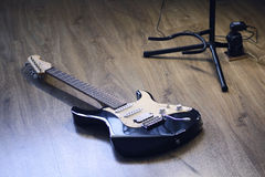 Den bästa gåvan en man som gitarren, förvånar honom för att hans kapacitet ska behaga Arkivfoton