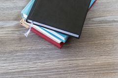 Den bästa höga vinkeln ovanför för siktsfoto för slut övre slut upp fotoet för den bästa sikten av högen av böcker på trägrå färg arkivfoto