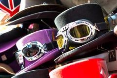 Den bästa hatten med skidar skyddsglasögon Fotografering för Bildbyråer