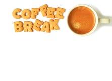 Den bästa sikten av alfabetet formade kex och att stava AVBROTTET för ordet KAFFE och en kopp kaffe på whitbakgrund arkivfoton