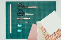 Den bästa sikten av ark av papper och saxen med brevpapper baktalar för framställning Royaltyfria Foton