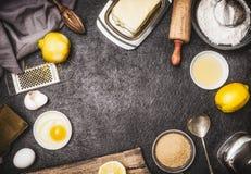 Den bästa sikten av bakar förberedelsen med kökhjälpmedel och ingredienser för kaka eller kakor: citron, mjöl, ägg, rått socker o royaltyfri fotografi