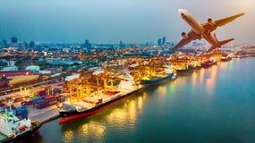 Den bästa sikten av behållareskeppet och flygplan i export och import bussar royaltyfri foto