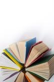 Den bästa sikten av den färgrika inbundna boken bokar i en cirkel Öppen bok, fläktade sidor Dra tillbaka till skolakopieringsutry Royaltyfri Foto