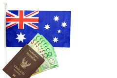 Den bästa sikten av det Thailand passet har australiska kontanta pengar i dess pålagda Australien flagga på vit bakgrund Royaltyfri Bild