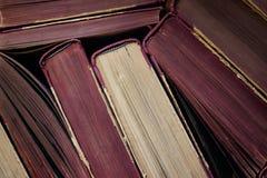 Den bästa sikten av en bunt av gammal hård baksida bokar Arkivbild