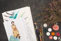 Den bästa sikten av formgivaren skissar på a Royaltyfria Bilder