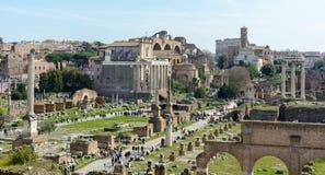 Den bästa sikten av den forntida Roman Forum från observationsdäcket av Capitol Hill Observationsdäcket lokaliseras bak arkivfoto