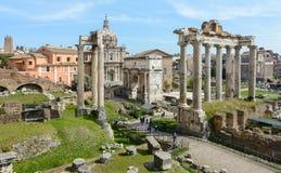 Den bästa sikten av den forntida Roman Forum från observationsdäcket av Capitol Hill Observationsdäcket lokaliseras bak royaltyfria foton