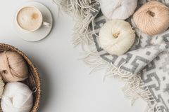 Den bästa sikten av garn klumpa ihop sig i vide- korg, kopp av coffe och filt Royaltyfria Foton