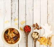 Den bästa sikten av grisköttrevor gör klar soppa med kinesisk medicin Royaltyfri Fotografi