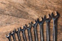 Den bästa sikten av gruppen av skiftnyckeln ordnar på trälantlig bakgrund Royaltyfri Fotografi