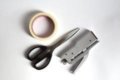 Den bästa sikten av kväv sax, preventivpilleren och häftapparaten på vit bakgrund Royaltyfri Bild