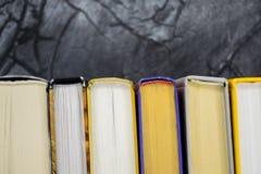 Den bästa sikten av den ljusa färgrika inbundna boken bokar i en cirkel Öppen bok, fläktade sidor arkivbilder