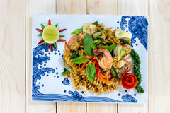 Den bästa sikten av makaroni stekte med kryddig skaldjur (räka och tioarmade bläckfisken) Arkivfoto
