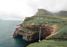 Den bästa sikten av Mulafossur, en bedöva vattenfall i Faroet Island av Vagar royaltyfria bilder