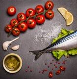 Den bästa sikten av den nya rå fisken kritiserar på skärbrädan som förbi omges royaltyfria bilder