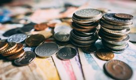 Den bästa sikten av olika mynt fördelade på tabellen royaltyfri foto