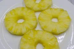 Den bästa sikten av på burk ananas ringer på vit royaltyfri foto
