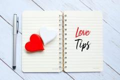 Den bästa sikten av pennan, röd hjärta på en anteckningsbok som är skriftlig med FÖRÄLSKELSE, TIPPAR Royaltyfria Foton